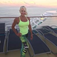 Posenya berfoto saat liburan dengan cruise. (lyndajager/Instagram)