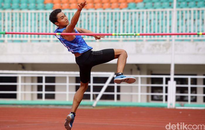 Atlet lompat tinggi asal Bali I Made Gede Antara melakukan lompatan saat berlangsungnya cabang Lompat Tinggi kelas senior dalam ajang Kejurnas Atletik 2019 di Stadion Pakansari, Bogor, Jawa Barat, Kamis (1/8/2019).