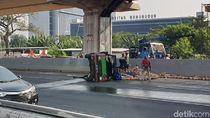 Mobil Pikap Bawa Kelapa Terguling, Tol Jakarta Arah Cikampek Tersendat