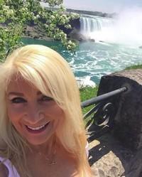 Fotonya saat berkunjung ke Air Terjun Niagara di Kanada. (lyndajager/Instagram)