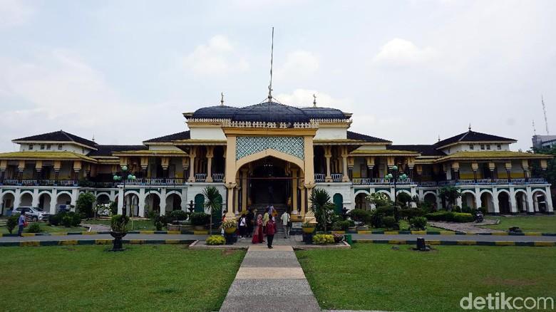 Berfoto bak bangsawan di Istana Maimun (Wahyu Setyo/detikcom)