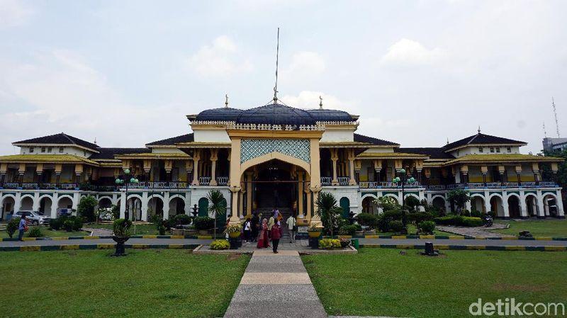 Inilah Istana Maimun, peninggalan Kesultanan Deli yang amat megah. Istana ini dibangun tahun 1888-1891. Usianya sudah 128 tahun. (Wahyu Setyo/detikcom)