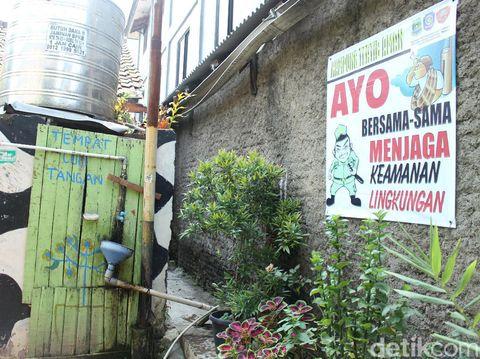 Rerimbunan tanaman memberikan kesejukan di tengah polusi Kota Tangerang.