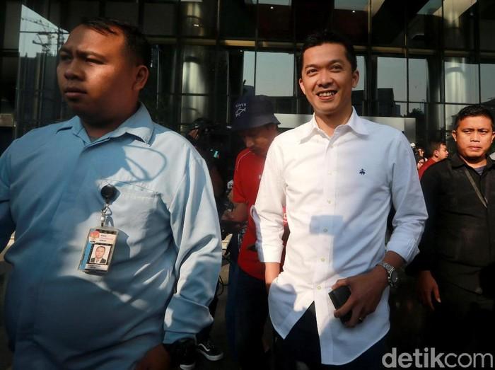 Eks pebulutangkis nasional Taufik Hidayat menjalani pemeriksaan di KPK. Usai diperiksa Taufik nampak tersenyum cerah saat bertemu awak media.