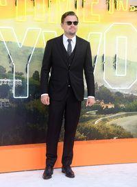 Aktor Leonardo DiCaprio mengenakan jas berkancing dua di premier film 'Once Upon A Time in Hollywood' di London, Inggris, baru-baru ini.
