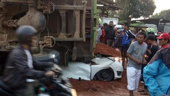 Foto: Kecelakaan truk vs mobil di Karawaci Tangerang (Dok Istimewa)