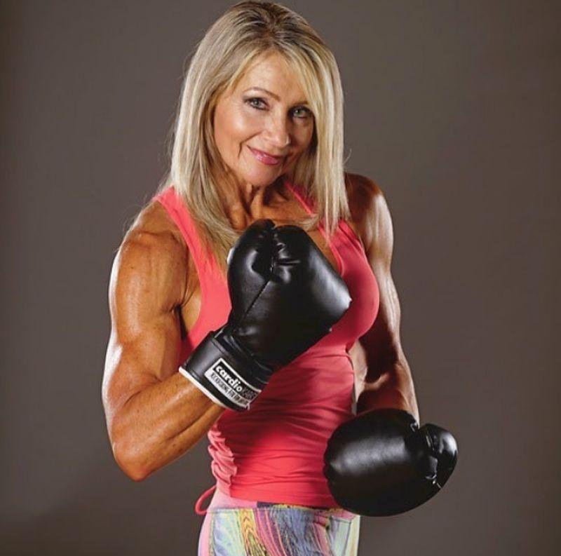 Namanya Lynda Jager, yang pantas dijuluki hot grandma karena di usia ke 61 tahun dia masih aktif berolahraga. Jadi jangan heran dengan otot dan kulit kencangnya. (lyndajager/Instagram)