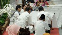 Jokowi saat ikut membatik