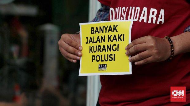 Sejumlah aktivis mengawal sidang perdana gugatan polusi udara Jakarta dengan tergugat Pemerintah Provinsi DKI Jakarta hingga Presiden Indonesia digelar di Pengadilan Negeri Jakarta Pusat, kemarin.