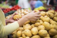 Terulang Lagi! Aksi Wanita Kencingi Kentang di Supermarket