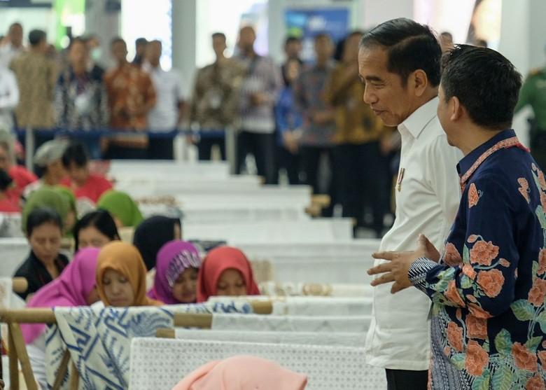 Sambut Bulan Kemerdekaan, Jokowi Ikut Membatik di Stasiun MRT