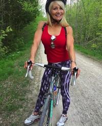 Tak hanya olahraga di dalam ruangan saja, Lynda juga mengisi hari sengangnya dengan bersepeda. (lyndajager/Instagram)