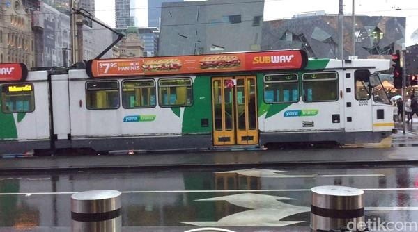 Trem di Kota Melbourne selalu populer dan terkadang padat penumpang di jam-jam tertentu. Trem di pusat kota bisa dinaiki gratis di area Melbourne's Free Tram Zone. (Rahmayoga/detikcom)