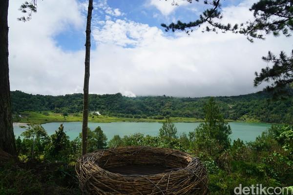 Danau Linow berada di Desa Lahendong, Tomohon. Danau ini memilki kandungan belerang dan terkenal dengan gradasi 3 warnanya.