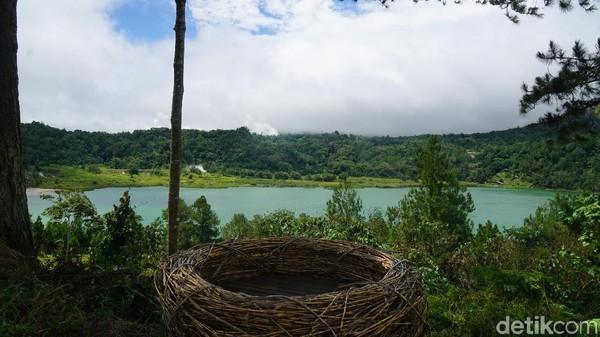 Danau ini dikelilingi oleh pepohonan dan sangat sejuk. Ada beberapa spot foto misalnya sarang burung raksasa yang berhadapan dengan danau. (Syanti/detikcom)