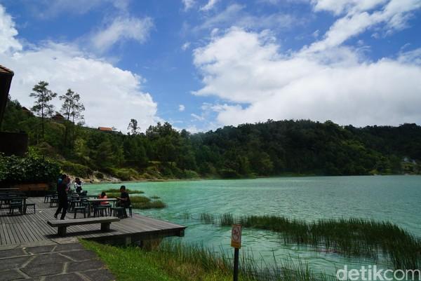 Warna air danau bisa berubah-ubah dari hijau, biru dan kuning. Hal ini terjadi karena pembiasan cahaya matahari dan juga perubahan unsur belerang yang tertimbun di dalam danau.