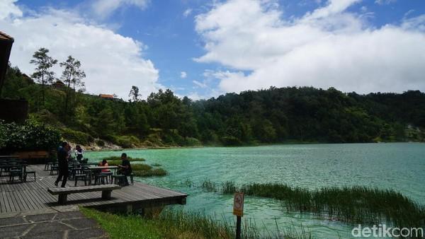 Kamu bisa menikmati keindahan danau dengan bersantai di restoran yang langsung berhadapan dengan danau. (Syanti/detikcom)
