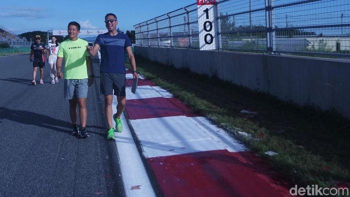 Rio Haryanto dan David Tjipto lakukan track walk (Lucas Aditya/detikSport)