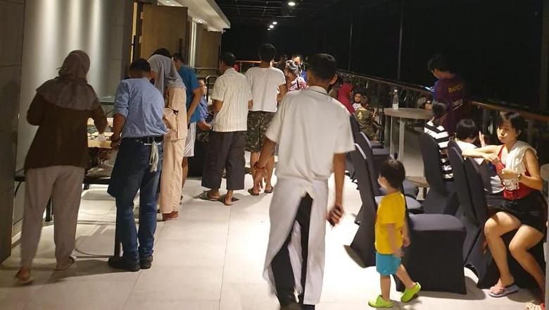 Tamu hotel dievakuasi ke lantai atas (Doddy Fathurahman/Istimewa)