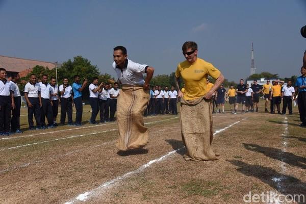 Lomba balap karung sangat lekat dengan perayaan Hari Kemerdekaan RI. Ada fakta menarik tentang lomba yang mengundang gelak tawa ini. (Deny Prastyo Utomo)