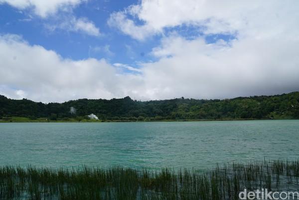 Danau dikelilingi oleh pepohonan dan kawasan hijau, hingga kawasan danau terkesan sangat sejuk.