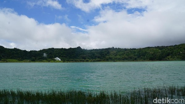 Warna airnya yang hijau, membuat danau ini terlihat unik dan cantik. (Syanti/detikcom)