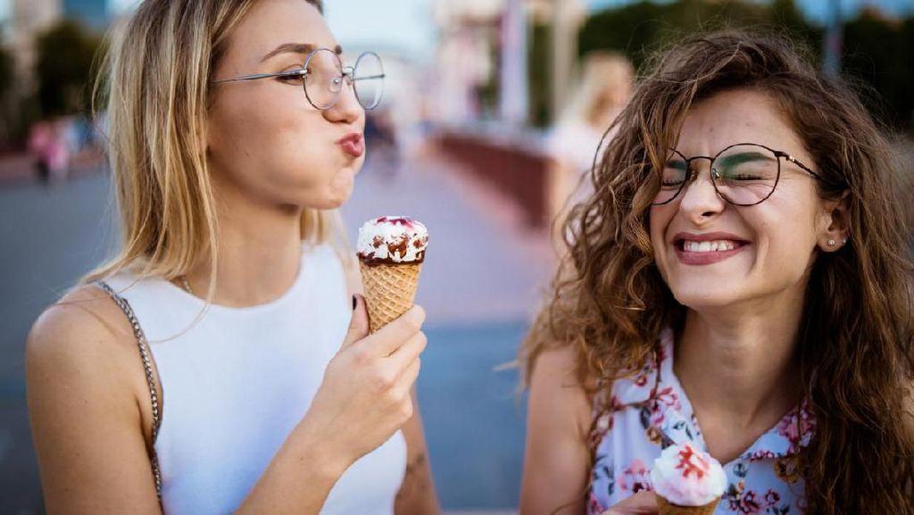 Minum Es Krim yang Dibekukan Ulang Setelah Mencair, Aman Nggak Sih?