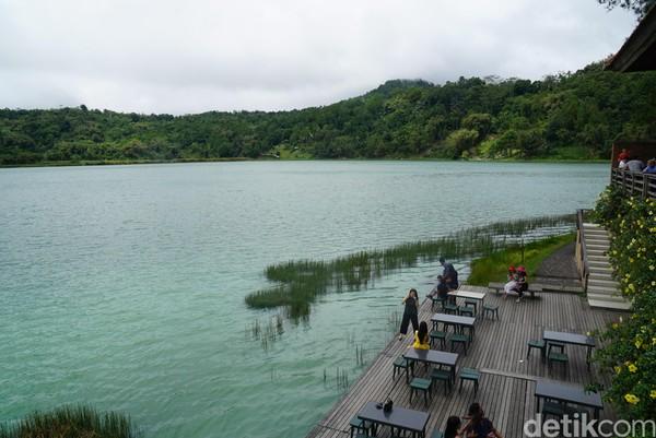 Jika ingin bersantai sembari menikmati danau, traveler bisa turun dan bersantai di restoran yang berada di tepi danau. Traveler bebas, mau duduk di dalam ruangan atau duduk di pinggir danau.