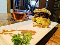 Braga Art Cafe : Menikmati Nasi Goreng Sunda Sambil Ngemil Colenak Mewah