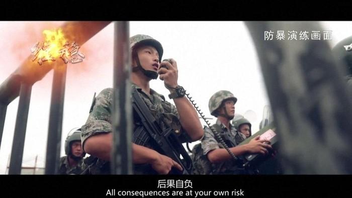 Video yang diunggah militer China memperlihatkan serdadu membawa pelantang suara dengan kalimat: Anda menanggung risiko atas semua konsekuensi. (BBC)