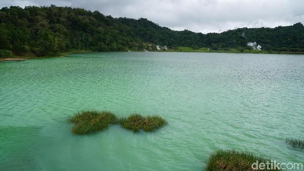 Warna air danau bisa berubah-ubah dari hijau, biru dan kuning. Hal ini terjadi karena pembiasan cahaya matahari dan juga perubahan unsur belerang di dalam danau. (Syanti/detikcom)