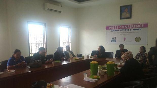 Nenek korban hipnotis mengadu ke Peradi DPC Medan.