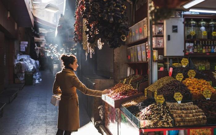 Grand Bazaar jadi ikon wisata di Turki, pasar kuno tertua di dunia ini tampil megah dengan aneka barang-barang antik, hingga makanan menarik yang wajib untuk dicoba. Foto: Istimewa