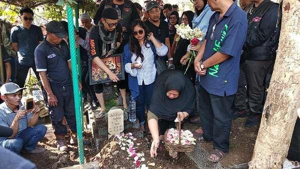 Isak Tangis dan Barbel di Pemakaman Agung Hercules