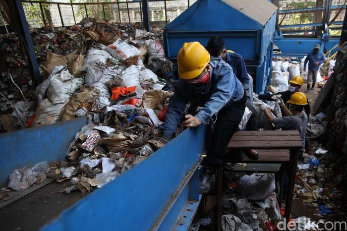 Pemerintah Kota Bekasi melakukan uji coba Pembangkit Listrik Tenaga Sampah (PLTSa) TPA Sumur Batu. Teknologi itu disebut dapat mengolah sampah menjadi energi listrik.