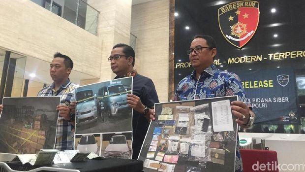 Polisi menunjukkan foto barang bukti terkait kejahatan pelaku