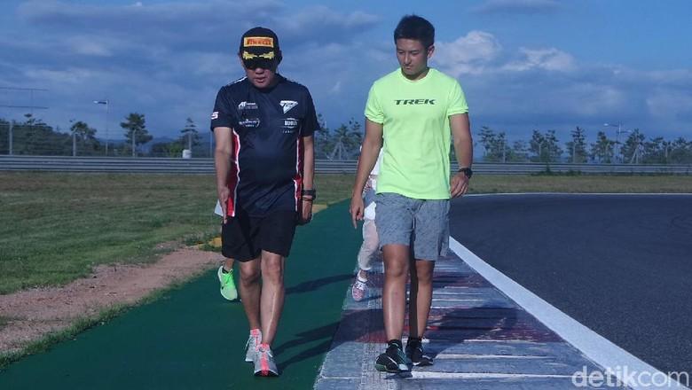Rio Haryanto mengeliling track Korea dengan jalan kaki Foto: Lucas Aditya/detikcom.