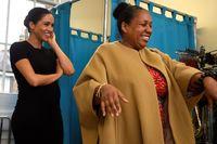 Meghan Markle membantu memilihkan busana untuk seorang perempuan di Smart Works.