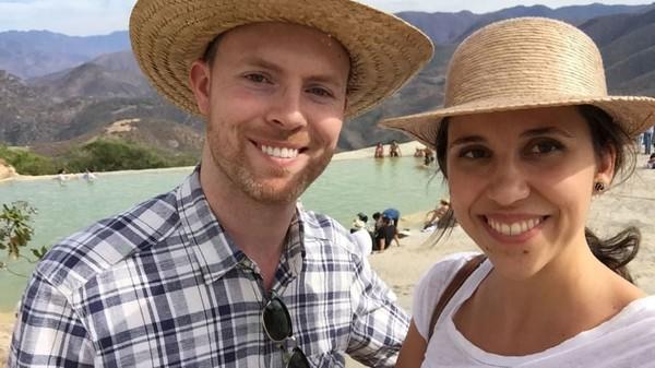 Sean dan Anna bertemu di Kepulauan Azore, Portugal. Saat itu mereka berada di satu penerbangan yang sama menuju ke Lisbon. Awalnya mereka tidak saling memperhatikan, tapi akhirnya mereka duduk sebelahan dan ngobrol. (CNN)