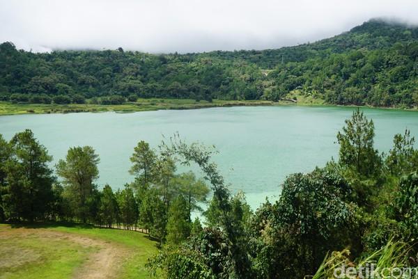 Bentangan alam Sulawesi Utara memang memukau. Tak hanya bawah laut yang memukau, di sana juga ada danau cantik bernama Danau Linow.