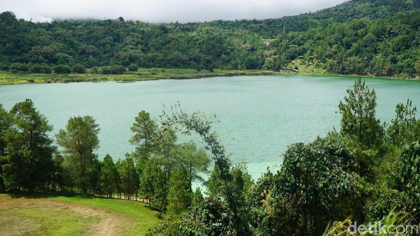 Danau Linow, berada di Desa Lahendong, Tomohon. Danau ini memiliki kandungan belerang dan terkenal dengan gradasi 3 warnanya. (Syanti/detikcom)