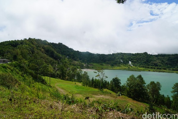 Untuk bisa masuk ke dalam kawasan danau, traveler dikenakan biaya Rp 25 ribu. Setelah masuk ke dalam kawasan danau, kamu akan dibuat takjub oleh danau berair hijau.