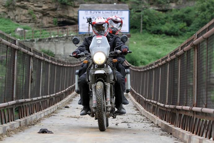Darius Donna Jelajahi India Naik Motor