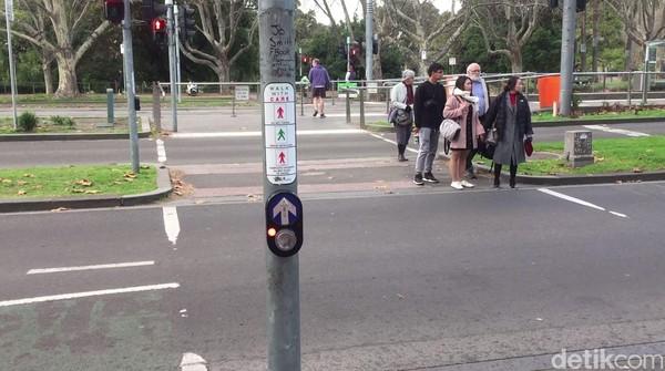 Para pengguna jalan dipermudah dengan adanya pelican cross di sini. Di tiap perempatan jalan, selalu ada pelican cross untuk menyeberang jalan dengan aman. (Rahmayoga/detikcom)