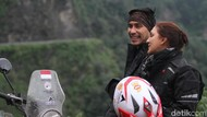 Darius Ajak Donna Keliling India Naik Motor
