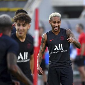 Fans Mencaci Maki Neymar, PSG yang Kena Sanksinya