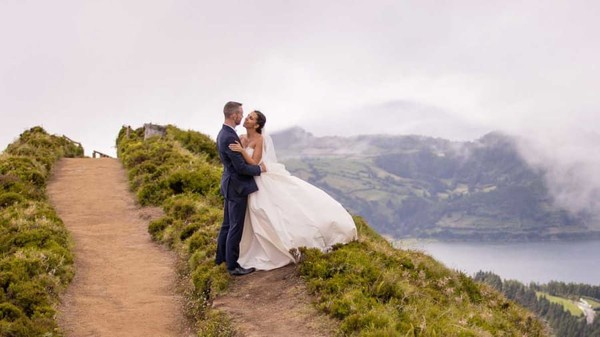 Kisah percintaan antara Sean Kavanagh (29) dan Anna Gorga (27) mungkin seperti mimpi. Mereka bertemu di pesawat, saling jatuh cinta, dan akhirnya menikah. Namun kisah mereka tidak semudah yang terlihat. (CNN)