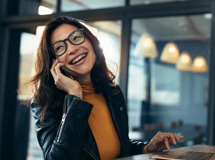 Ilustrasi tips memakai wifi gratis saat hangout di restoran atau kafe. Foto: iStock
