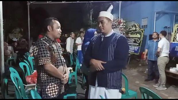Komisioner KPAI Jasra Putra saat mendatangi rumah duka calon paskibraka yang tewas diduga dianiaya senior