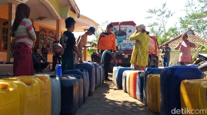Droping air bersih ke warga/Foto: M Rofiq